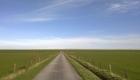 Gerade lange Straße und Wege an den Deichen in Friesland und der Wesermarsch