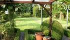 Überdachte Terrasse mit Blick in den Garten des Ferienhauses